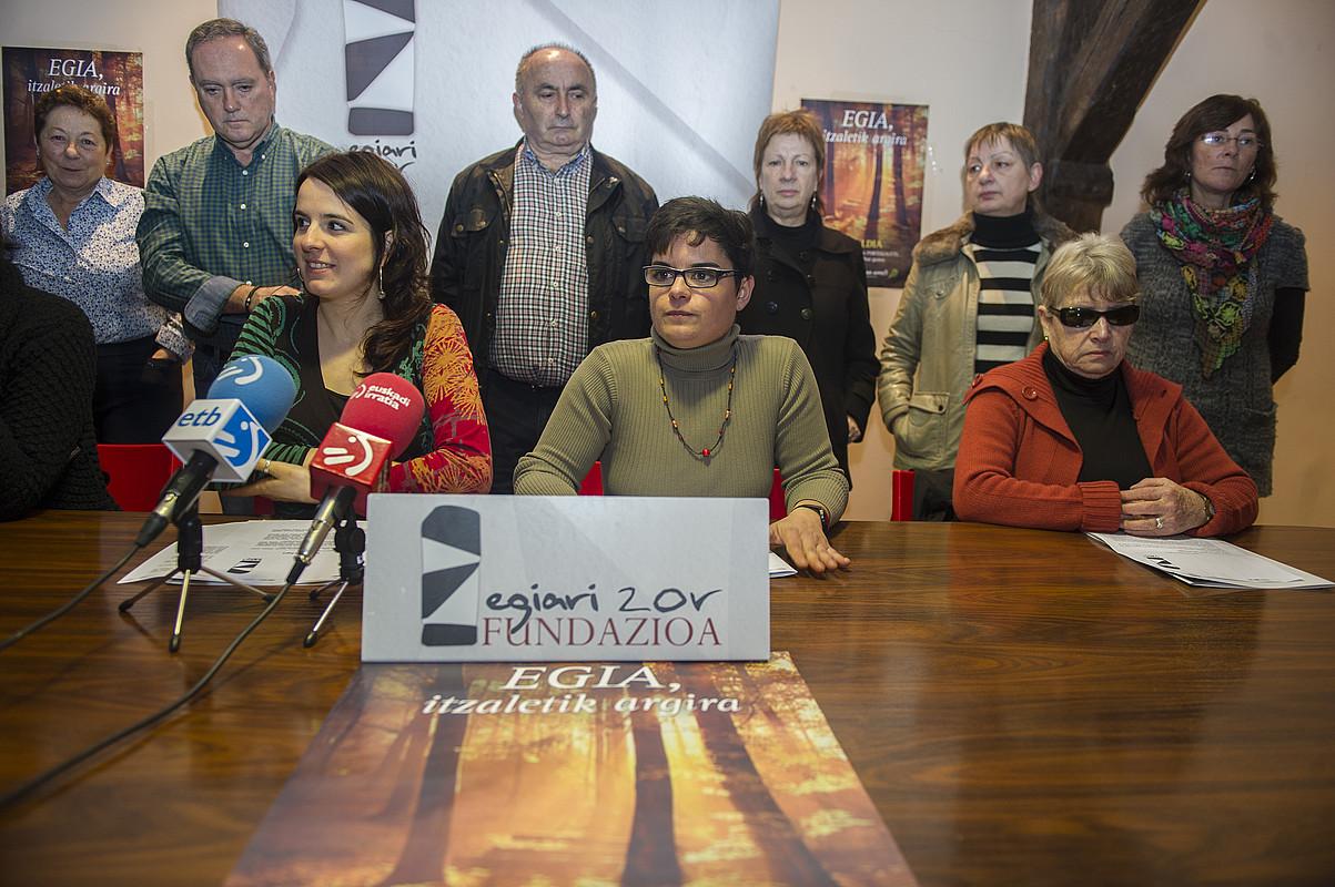 Egiari Zor fundazioko kideak, atzoko agerraldian. ©MONIKA DEL VALLE / ARGAZKI PRESS