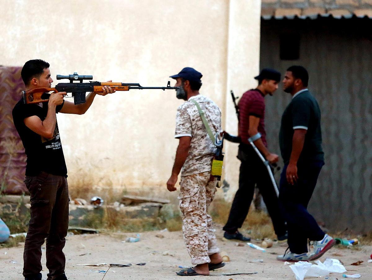 Tokiko milizietako kideak Tripolin. Gadaffi eroriz geroztik milaka talde armatu txiki sortu dira; asko elkarren aurkako lehian dabiltza. ©MOHAMMED AL-KILANI / EFE