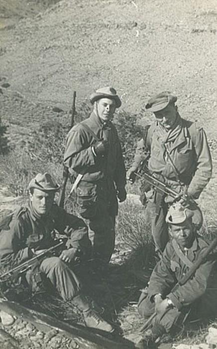 Ezkerrean, Piarres Aintziart idazlea gerlan, bere orduko adiskide batzuekin. ©PIARRES AINTZIART