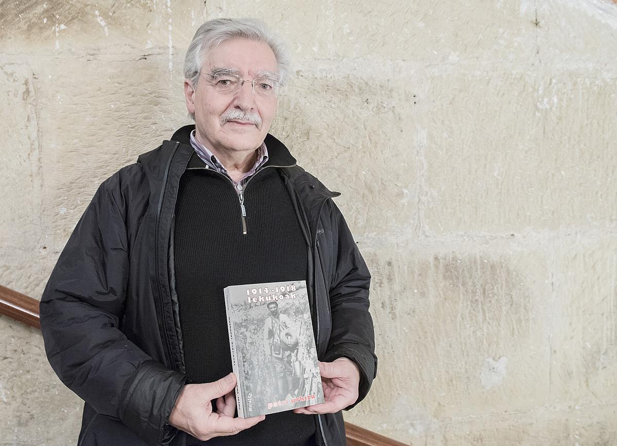 Patri Urkizu idazlea, atzo, Donostian, <em>1914-1918 lekukoak</em> liburua eskuetan.