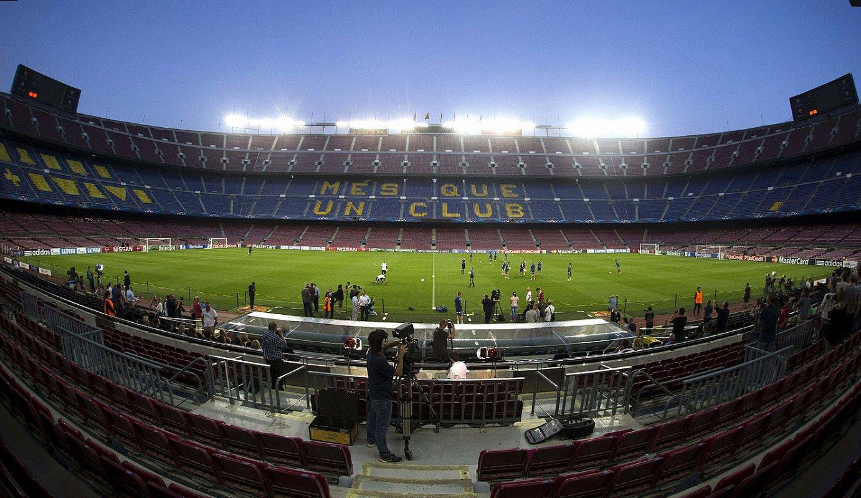 Camp Nou estadioko harmailak, hutsik. Bartzelonarena Europako estadiorik handiena da, eta 99.000 ikuslerentzako eserlekuak ditu. / ALEJANDRO GARCIA / EFE