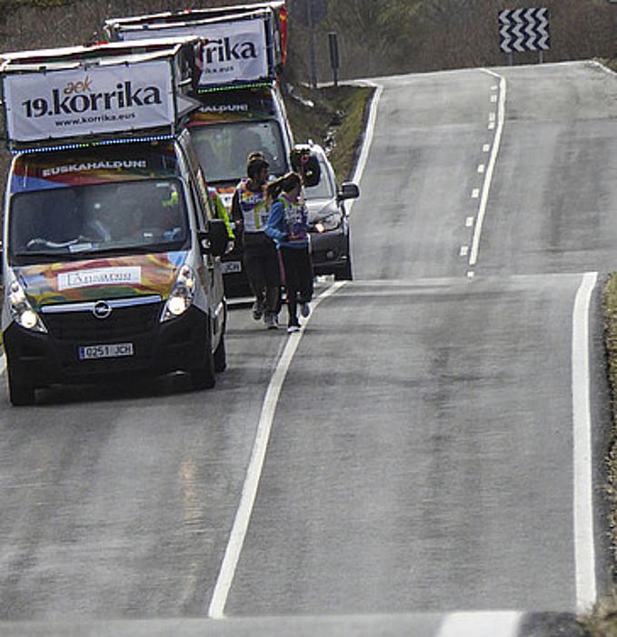 Bidea egiten duten bi furgonetak, atzo, Auritzen. / J.MANTEROLA /ARP