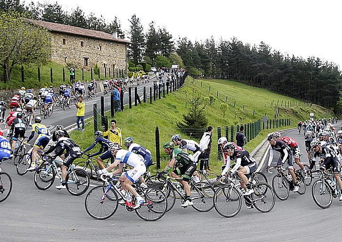 Tropela, luze-luze eginda, iazko Euskal Herriko Itzuliko bosgarren etapan, Eibar eta Markina-Xemein artekoan, Muniketan gora. / ALFREDO ALDAI / EFE