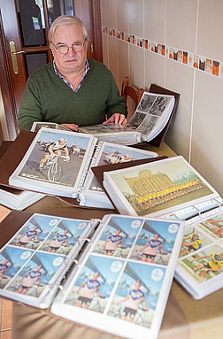 Inazio Imaz, etxeko sukaldean, urteotan pilatutako hainbat argazki erakusten. / JUAN CARLOS RUIZ / ARGAZKI PRESS