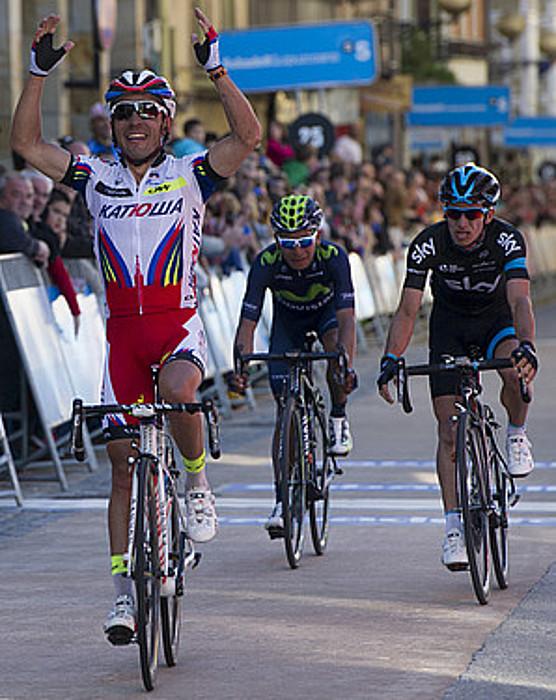 Joaquim Rodriguez, eskuak altxatuta, garaipena ospatzen, Nairo Quintana eta Sergio Luis Henao atzean dituela, atzo, Zumarragan. / RAUL BOGAJO / ARGAZKI PRESS