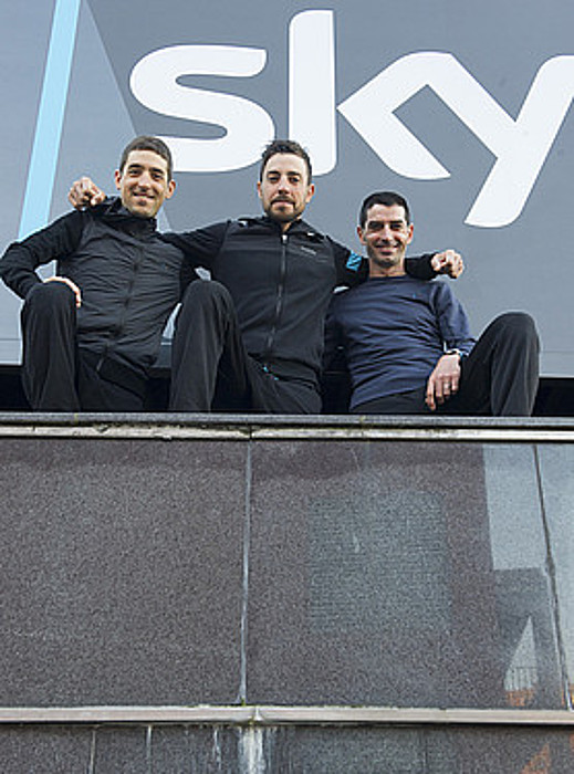 Mikel Nieve, Xabi Zandio eta David Lopez, elkarri helduta, Sky taldearen Bilboko hotelean. / MONIKA DEL VALLE / ARGAZKI PRESS