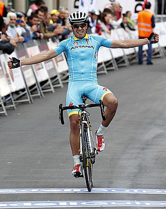 Mikel Landa Astana taldeko txirrindulari murgiarra, eskuak luze-luze zabalduta, Aiako helmugara iristen. / JAVIER ETXEZARRETA / EFE