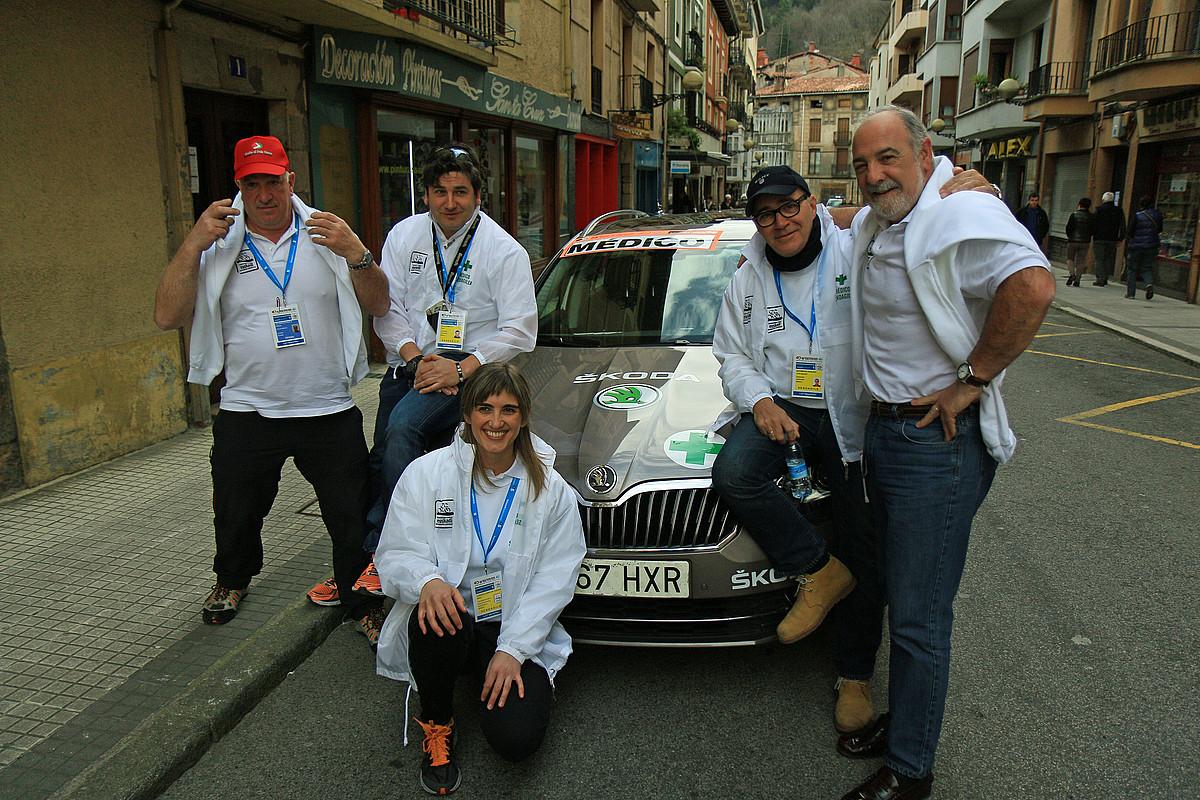Alfredo Galarraga, Iñaki Novo, Sara Lizeaga, Jose Ignacio Azurmendi eta Jose Mari Laskurain, Zumarraga eta Arrate arteko etapa hasi aurretik. / G. ARANBURU / ARP