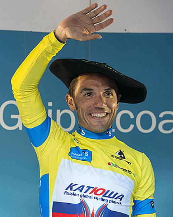 Joaquim Rodriguez Katuxa taldeko txirrindulari kataluniarra, txapela buruan duela, atzo, Aiako podiumean. / GORKA RUBIO / ARGAZKI PRESS