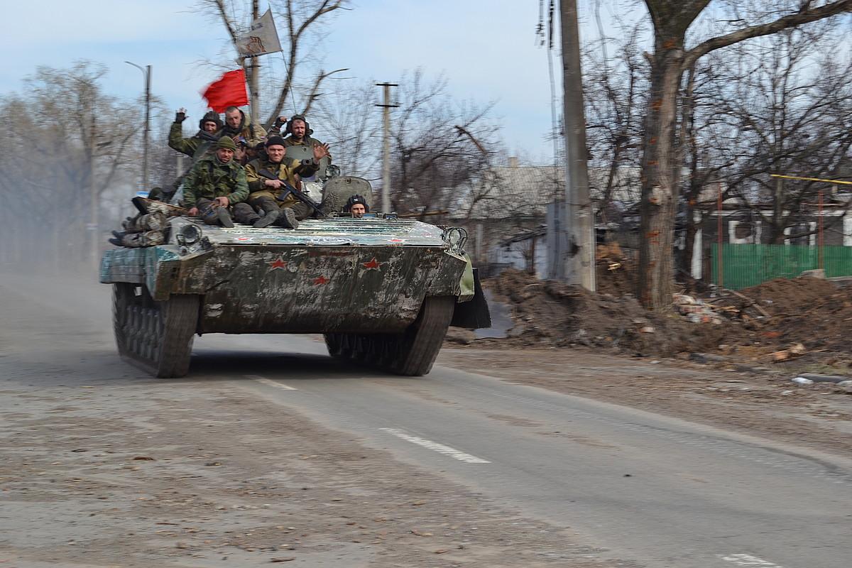 Vostok batailoiko kideak tanke baten gainean, Donetskeko aireportuaren inguruan. ©IBAI TREBIÑO