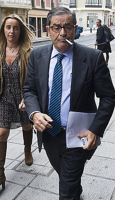 Mario Fernandez epaitegitik atera berritan, ezkerrean. Eskuman, Mikel Cabieces, epaitegira doala. ©LUIS JAUREGIALTZO / ARP