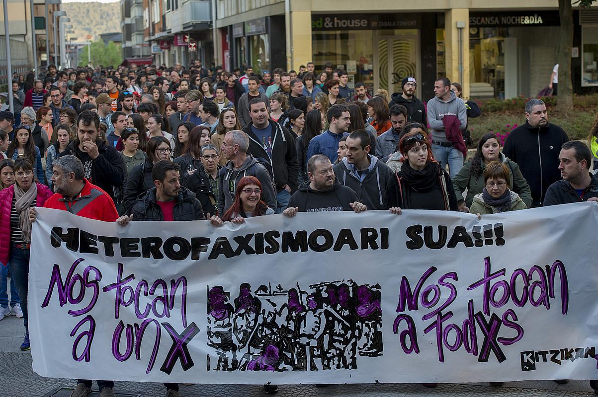 Algortan manifestazioa egin zuten apirilaren 6an izandako eraso homofoboa salatzeko.