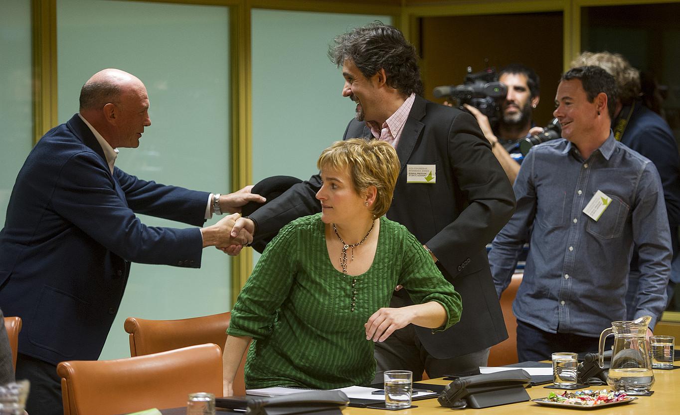 Juan Jose Ibarretxe, apirilaren 15ean, Eusko Legebiltzarrean, EH Bildukoak agurtzen.