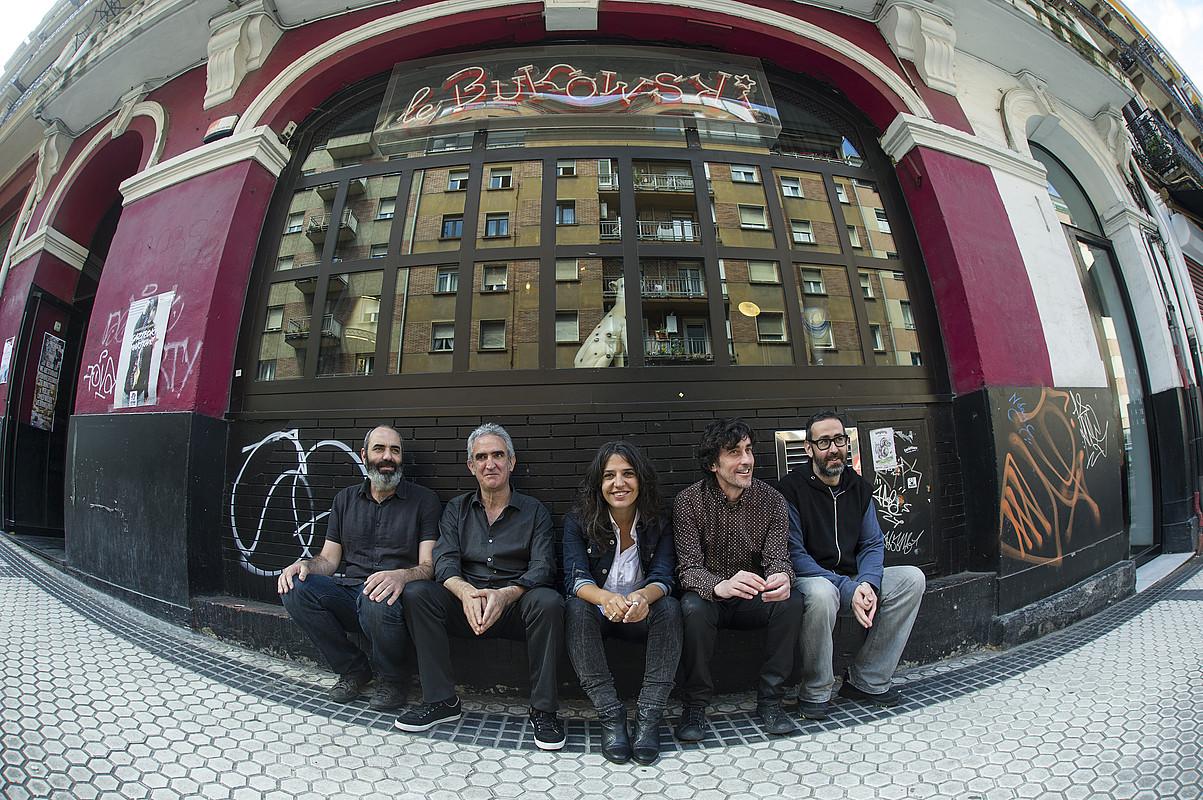 Anari taldeko kideak, atzo, Donostian: Mariano Hurtado, Drake, Anari, Borja Iglesias eta Mikel Txopeitia.