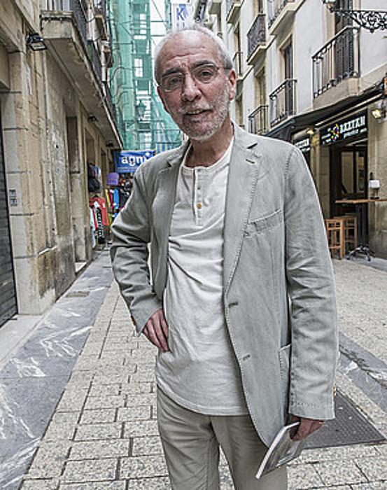 Gerardo Markuleta, atzo, Donostian, bere bosgarren poesia liburua aurkeztu aurretik.