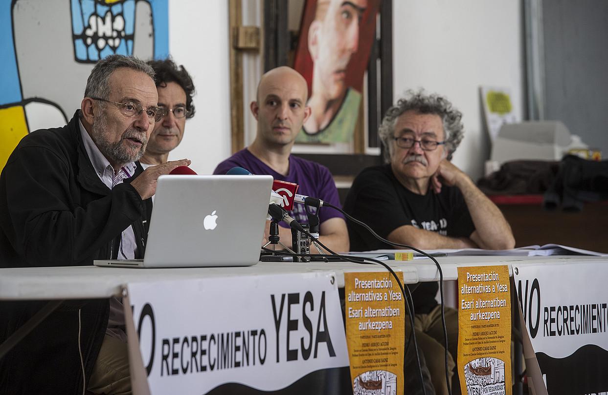 Arrojo, Casas, Iker Aramendia (Esa + Ez) eta Fito Jimenez (Uraren Kultura Berria fundazioa), atzo. ©JAGOBA MANTEROLA / ARP