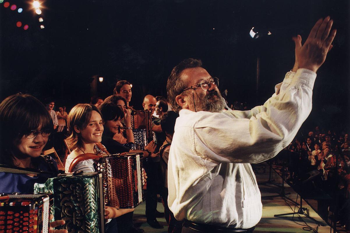 Natxo De Felipe publikoari esker ona azaltzen, 1999ko ekainean Iparragirreren omenez Urretxun grabatutako diskoan.