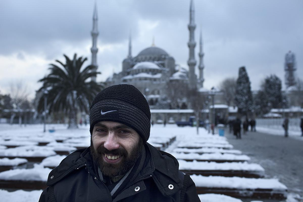 Yosef Abobaker, Steven Sotloff kazetariaren <em>fixer</em> izana Sirian, Istanbulgo Meskita Urdinaren aurrean. ©J.M. LOPEZ