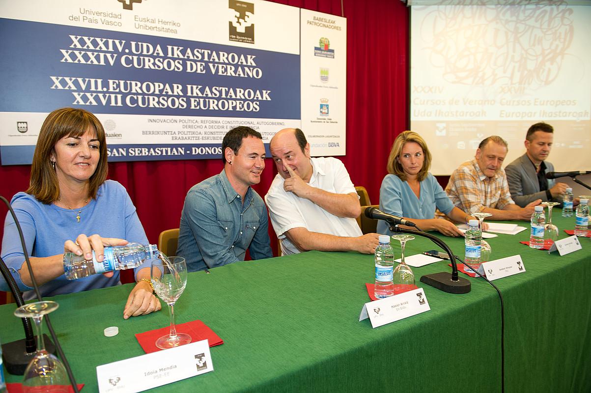 Idoia Mendia (PSE-EE), Hasier Arraiz (EH Bildu), Andoni Ortuzar (EAJ), Arantza Quiroga (EAEko PP) eta Roberto Uriarte (EAEko Ahal Dugu), atzo, Donostian, EHUko Udako Ikastaroetan. Eskuinean, ikastaroko zuzendarietako bat: Jokin Bildarratz. / JUAN CARLOS RUIZ / ARGAZKI PRESS