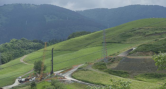 Asteasuko tunelaren iparraldeko ahoa, Zizurkilgo udalerrian. Tunel horren eraikuntzak hainbat erreka lehortu ditu.