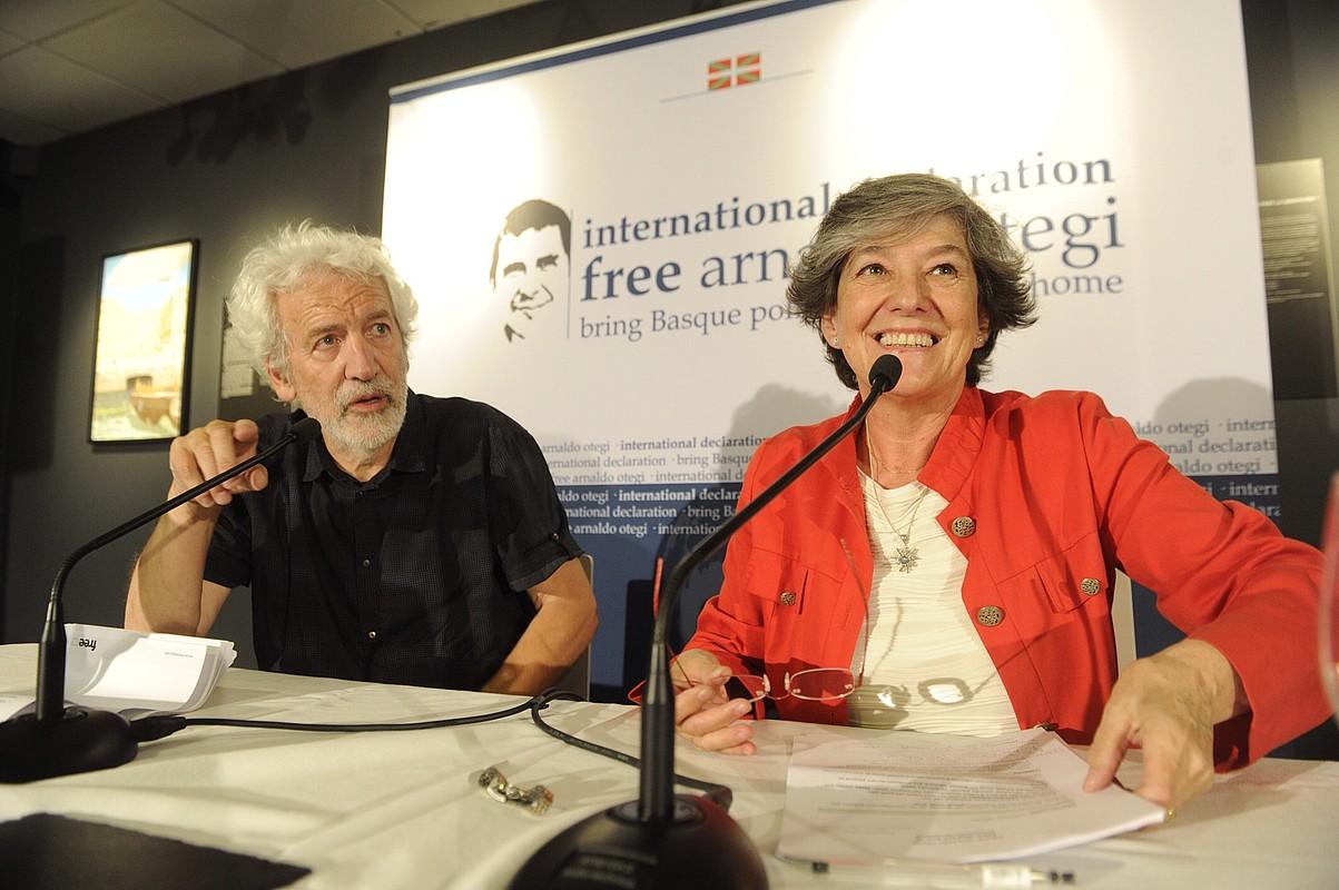 Joseba Zulaika eta Laura Mintegi, atzo arratsaldean, Donostian, AEBetako atxikimenduak aurkezten. / JON URBE / ARGAZKI PRESS