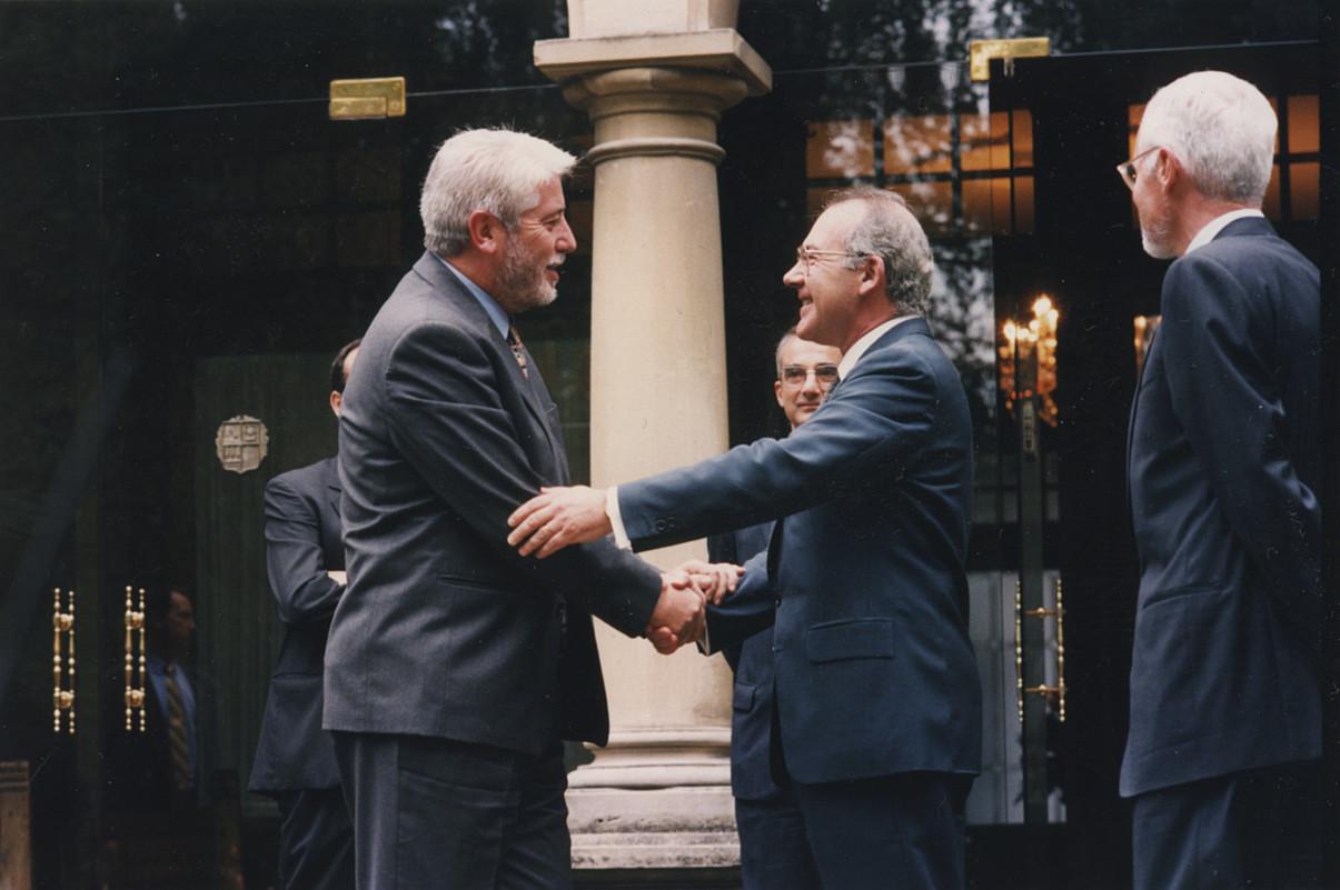 Javier Otano eta Jose Antonio Ardanza 1995eko urrian, Ajuria Enean, Nafarroa-EAE hitzarmena izenpetzeko ekitaldian. / OLALDE / EGUNKARIA