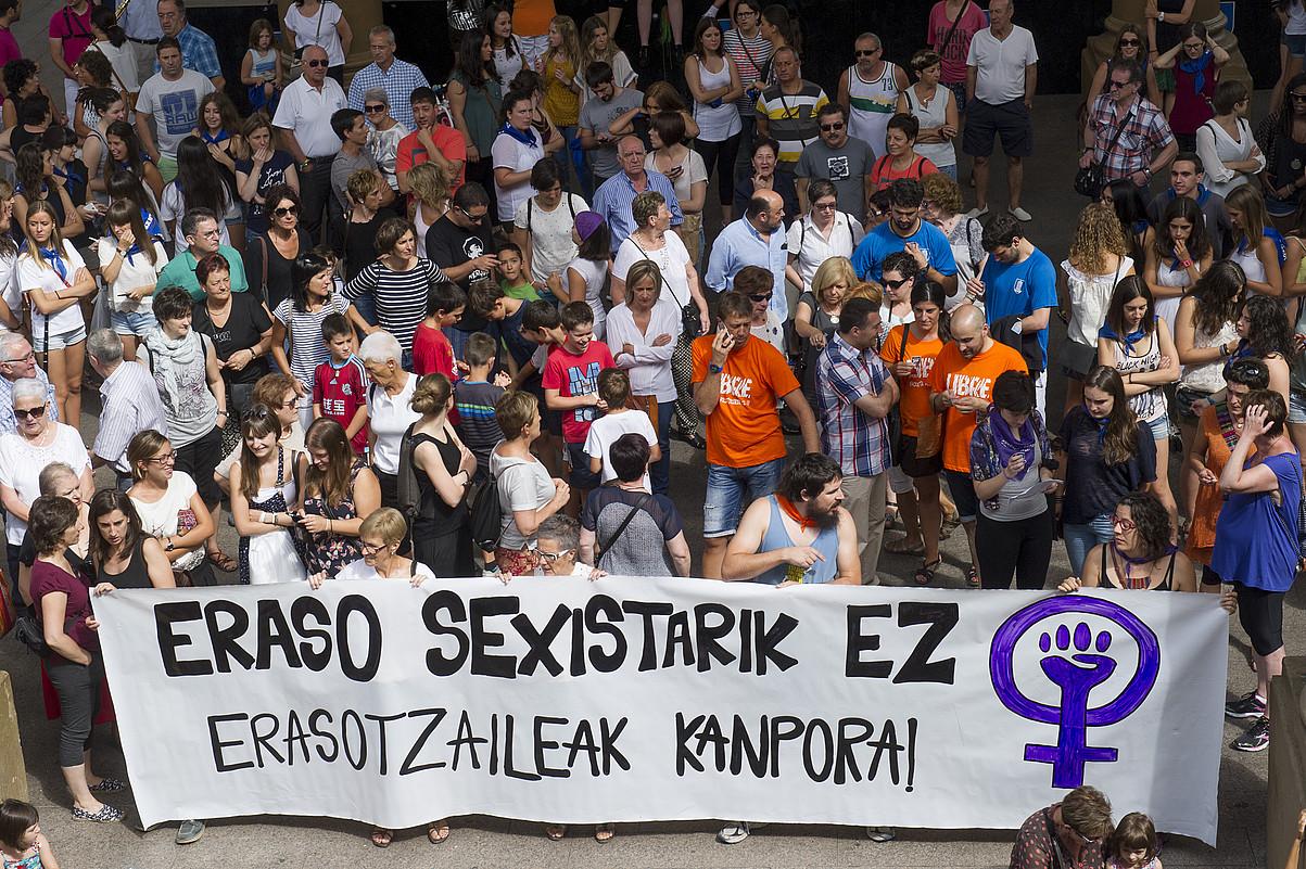 Iragan larunbatean izandako bi sexu erasoak salatzeko elkarretaratzea, atzo, herriko plazan, txupinazoaren aurretik. ©IÑIGO URIZ / ARGAZKI PRESS