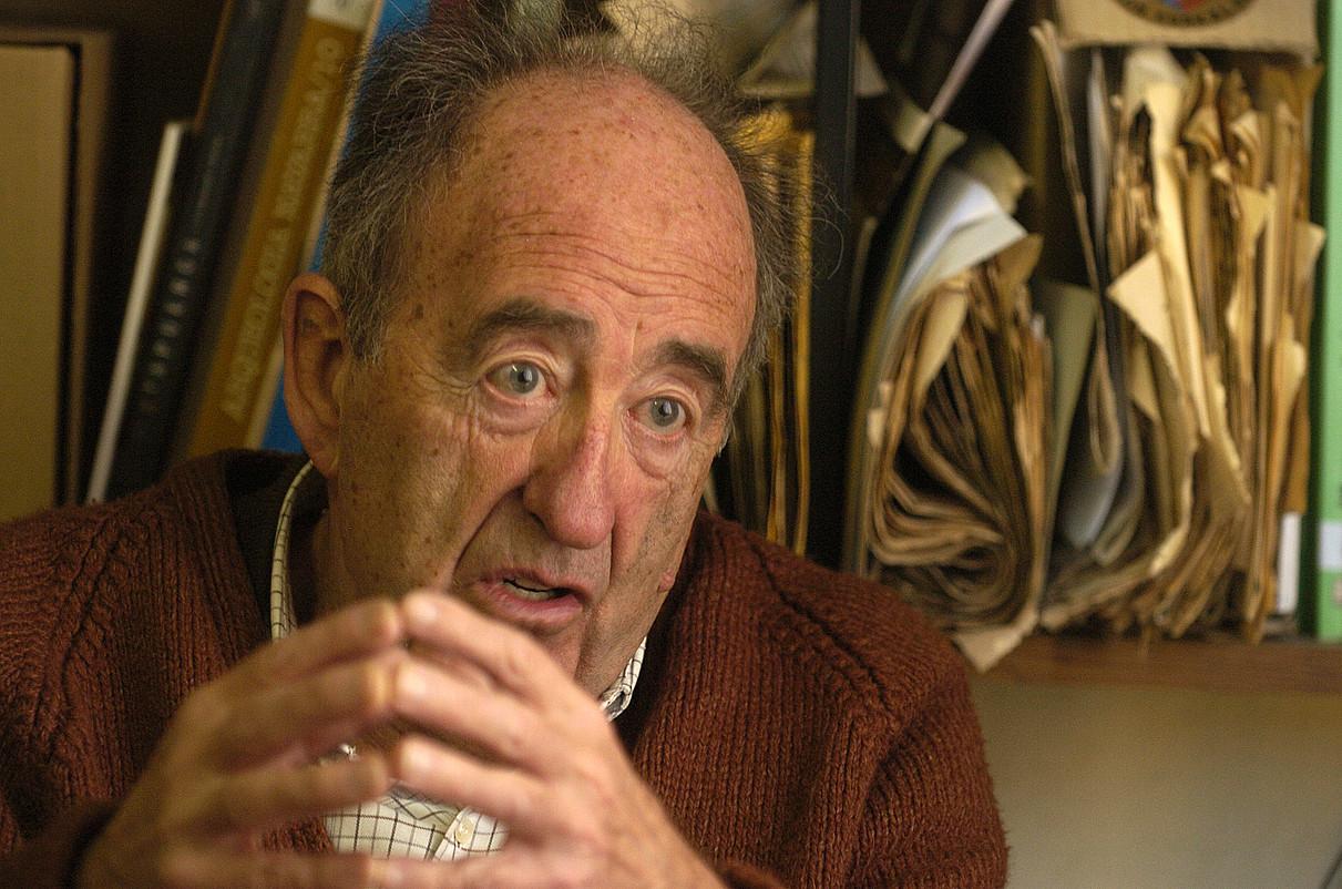 Eugenio Arraiza, Eusko Kultur Fundazioko bere bulegoan. Orduak ematen zituen han, hamaika proiektutan lanean. ©IÑIGO URIZ / ARP