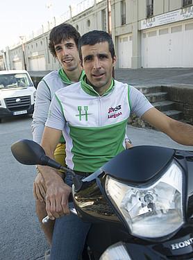 Gonzalo Carrion, aurrean, eta Iñigo Sagarzazu Hondarribiako arraunlariak, moto baten gainean. / JON URBE / ARP