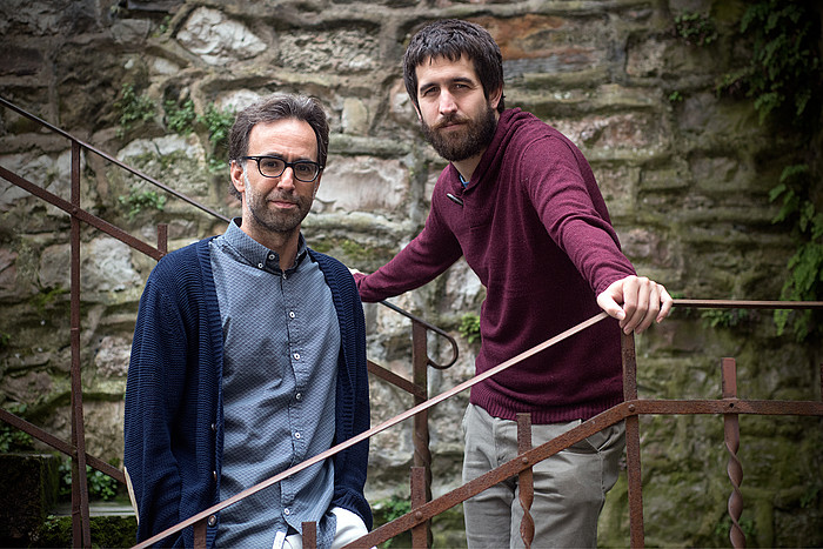Harkaitz Cano idazlea eta Oier Aranzabal musikaria, <em>Abesti bat gutxiago</em> lanaren ehuleak.