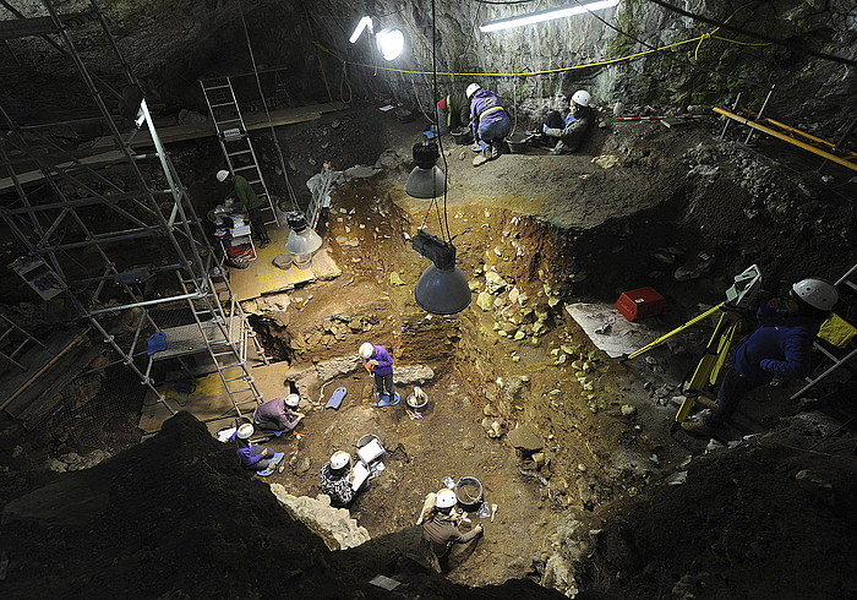 Hainbat lagun Portalon kobazuloan lanean, Atapuercako aztarnategietan. Han lortutako datuei esker egin dute ikerketa.