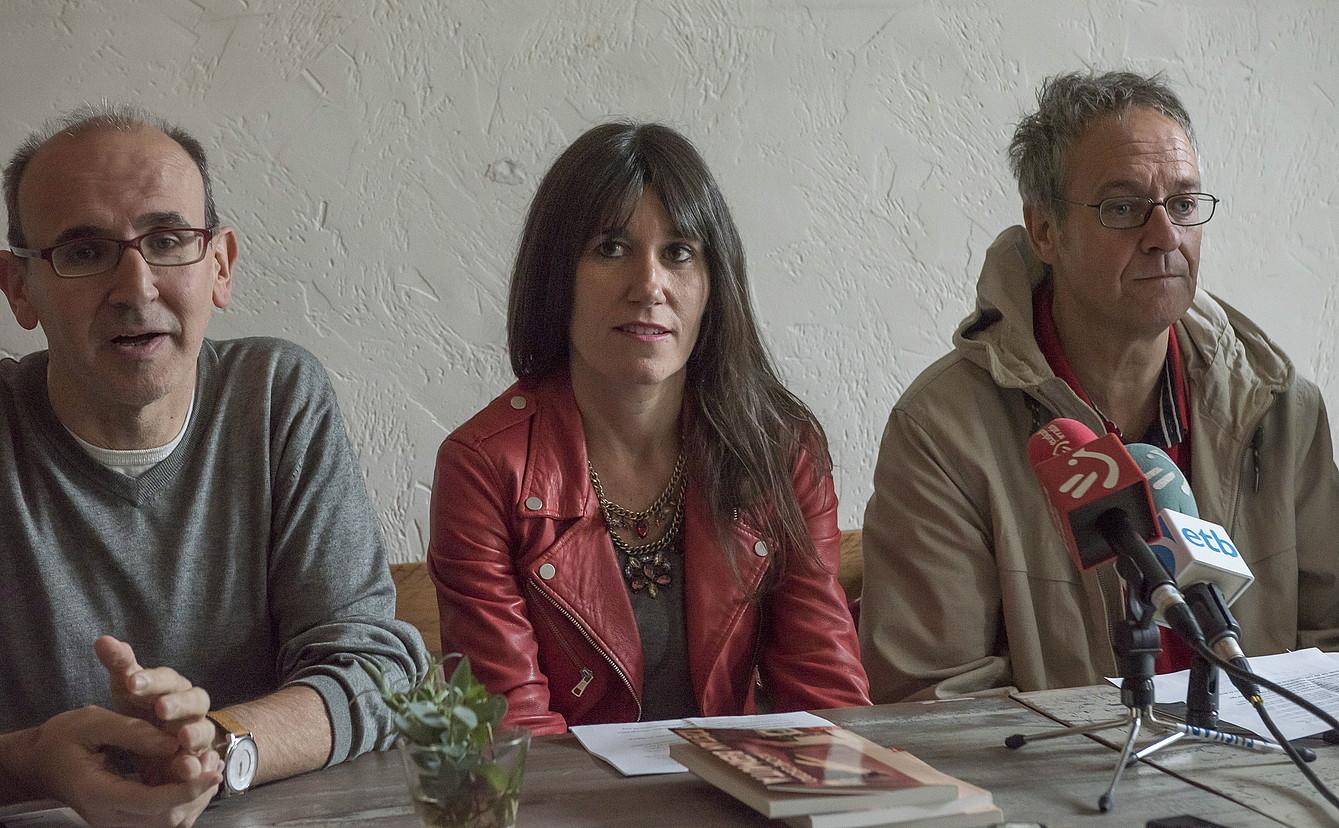Xabier Mendiguren, Jasone Osoro eta Pako Aristi atzo Donostian, liburuaren aurkezpenean. / ANDONI CANELLADA / ARGAZKI PRESS