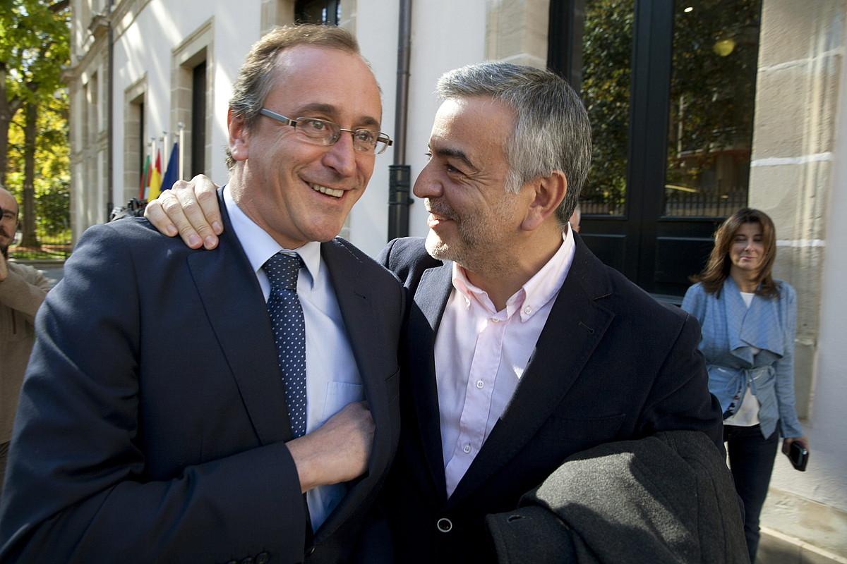 Alfonso Alonso EAEko PPko presidente izendatu berritan, atzo, eta Javier de Andres hura zoriontzen.