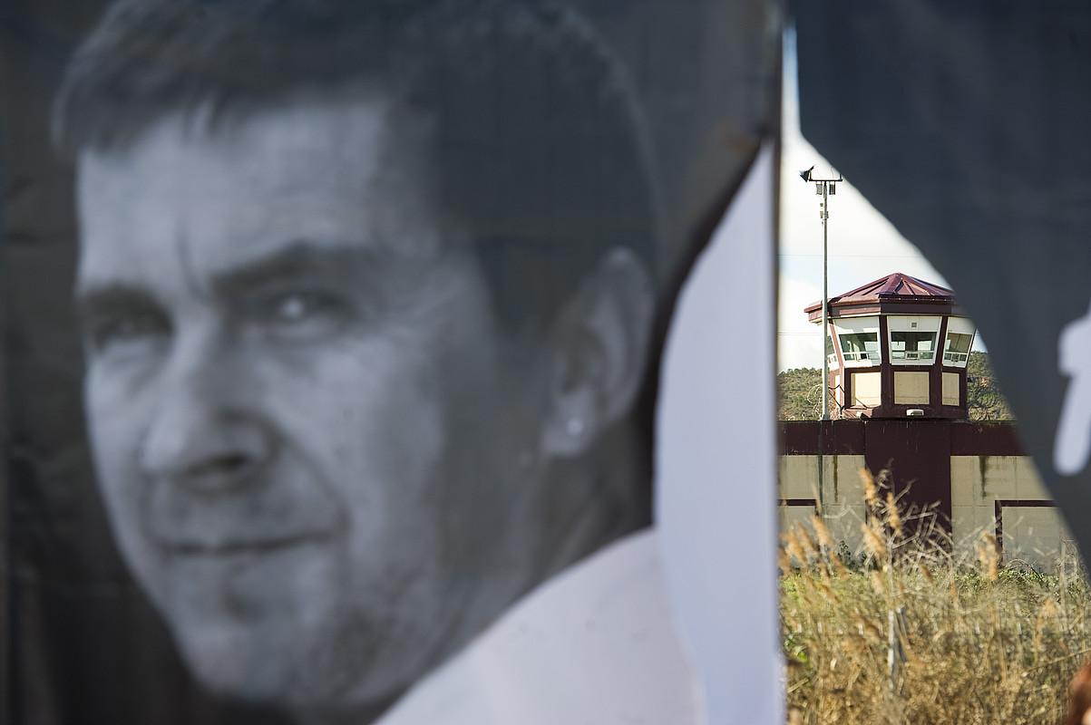 Otegiren irudia Logroñoko (Espainia) kartzela aurrean, 2012an Sortuko idazkari nagusia preso duten espetxera egindako martxan. / JAGOBA MANTEROLA / ARGAZKI PRESS