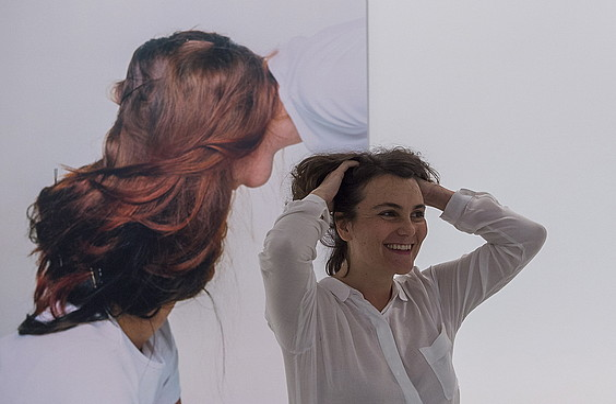 Naia del Castillo artista, bere lanetariko baten ondoan.