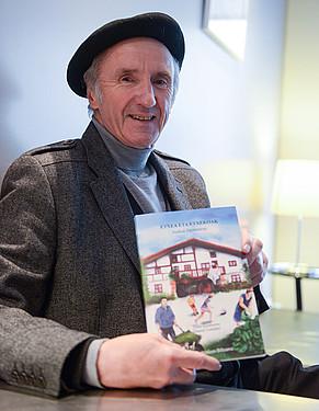 Daniel Landart, liburu berria eskuetan duela. / ISABELLE MIQUELESTORENA