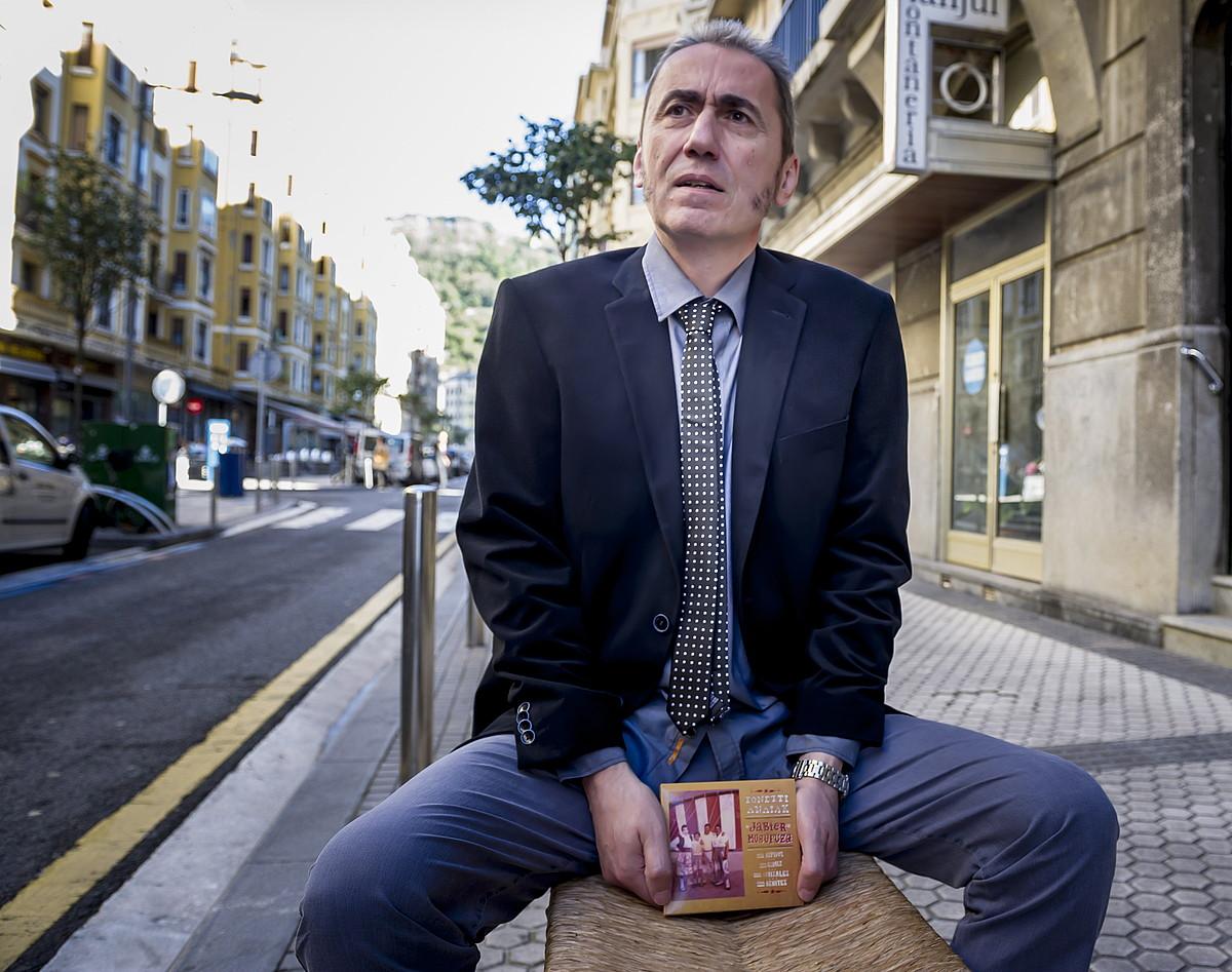 Jabier Muguruza, <em>Tonetti anaiak</em> disko berria esku artean duela, atzo, Donostian. / GORKA RUBIO / ARGAZKI PRESS