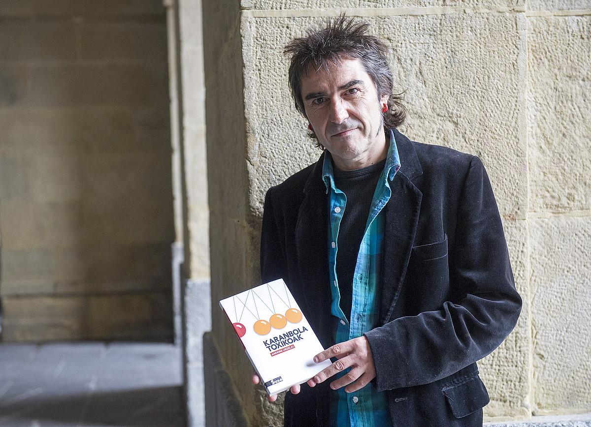 Andoni Urzelai, <em>Karanbola toxikoak</em> ipuin liburuaren aurkezpenean. / GORKA RUBIO / ARGAZKI PRESS