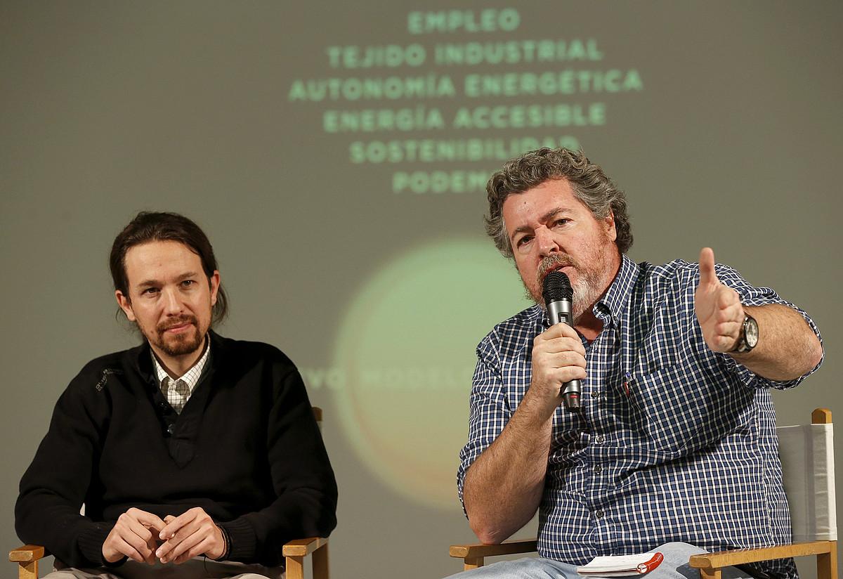 Pablo Iglesias Podemoseko burua eta Juantxo Lopez de Uralde Equokoa, herenegun, Madrilen. / CHEMA MOYA / EFE