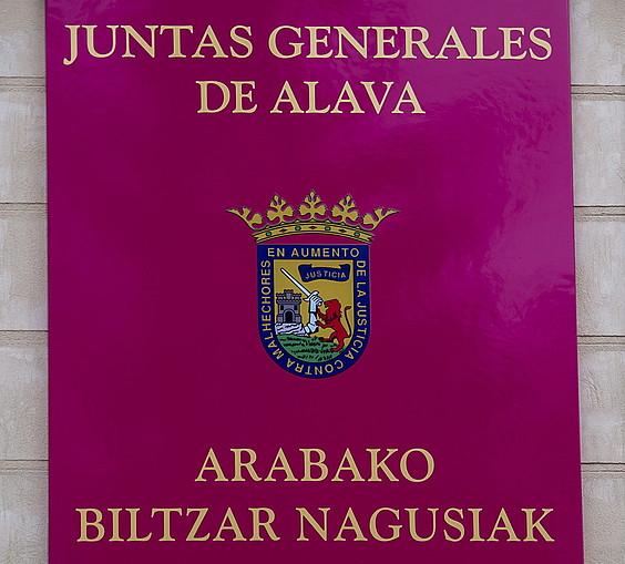 Arabako Biltzar Nagusien egungo izen ofiziala, foru parlamentuko bulegoen kanpoaldean.