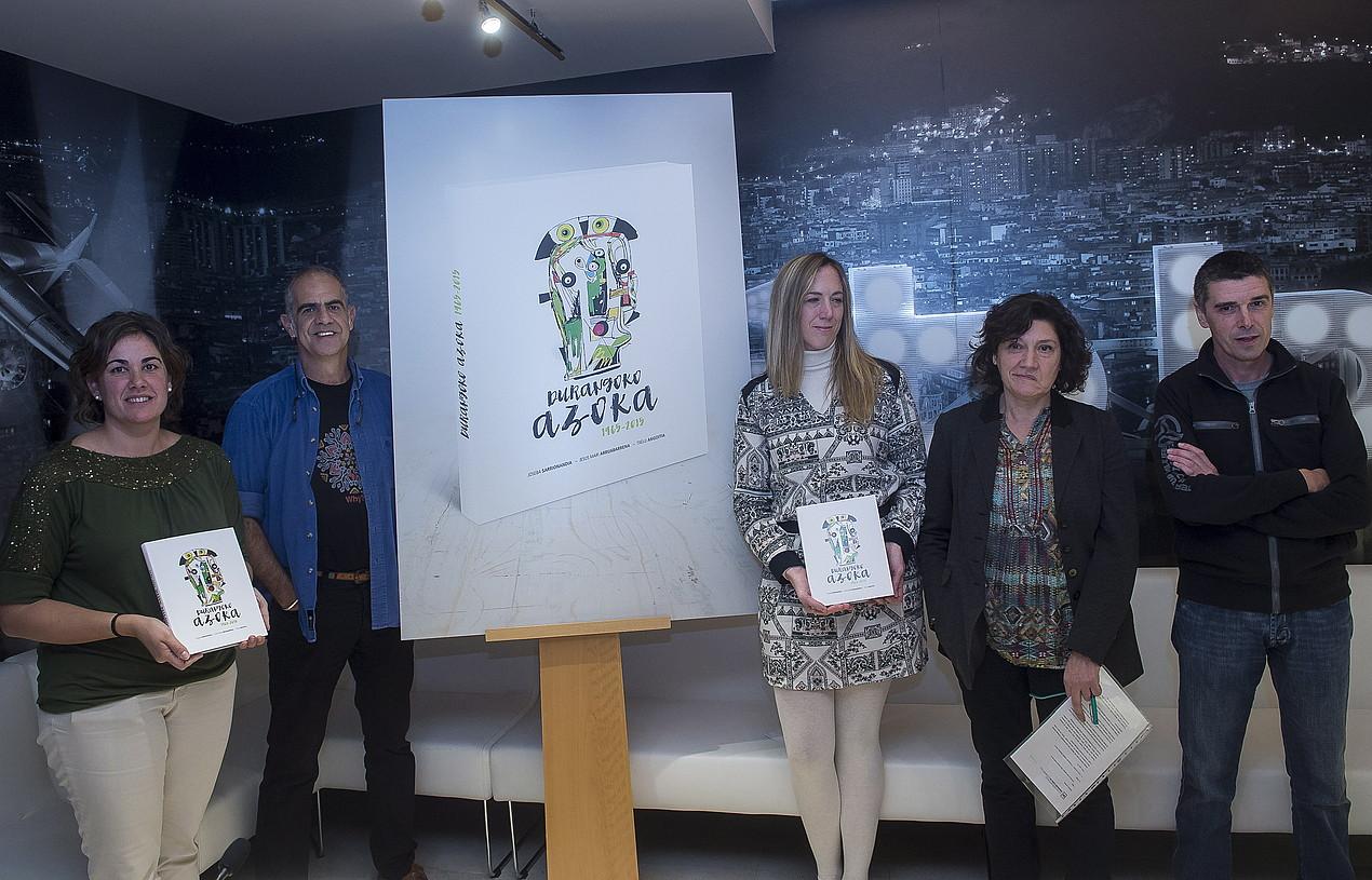 Gerediaga elkarteko kideak eta <em>Durangoko azoka 1965-2015</em> liburuaren egileak atzo, Bilbon, aurkezpen ekitaldian. / LUIS JAUREGIALTZO / ARGAZKI PRESS
