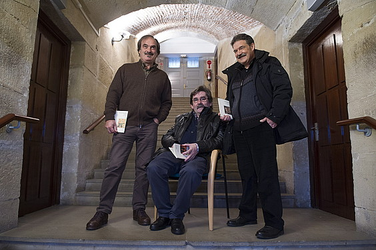 Joseba Urteaga, Ramon Etxezarreta eta Xabier Olarra, liburuak aurkezten, Donostian. / JUAN CARLOS RUIZ / ARGAZKI PRESS