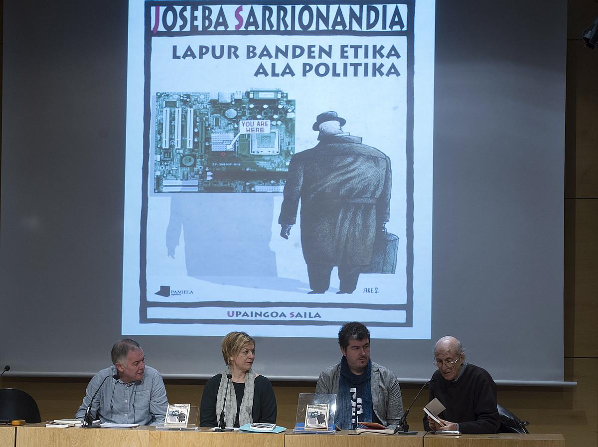 Mondragon Unibertsitateko kideak eta Jose Anjel Irigarai Pamielako arduraduna, atzo Donostian. / GORKA RUBIO / ARP