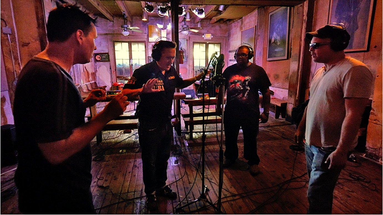 <em>Nola? Irun Meets New Orleans</em> dokumentaleko irudia. Fermin Muguruza eta New Orleansko musikariak grabaketa saioan.
