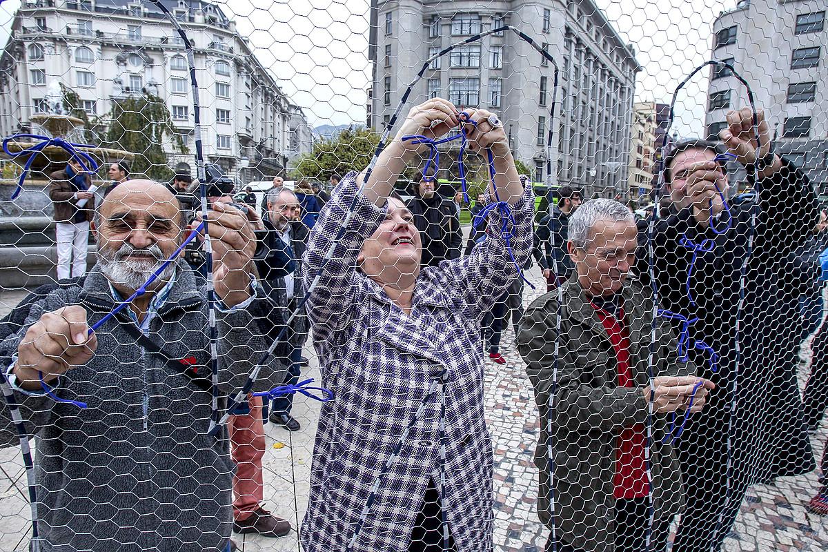 Mosaikoa egingo dute igandean, lokarriekin. Atzo, manifestaziorako deia egin zuten EH Bildukoek, Bilbon. / IÑAKI ANDRES / EFE