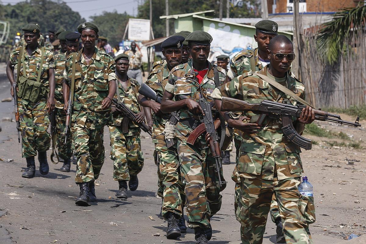 Burundiko armadako soldaduak, Bujumburu hiriburuan patruilan, maiatzeko estatu kolpe saioan. ©DAI KUROKAWA / EFE