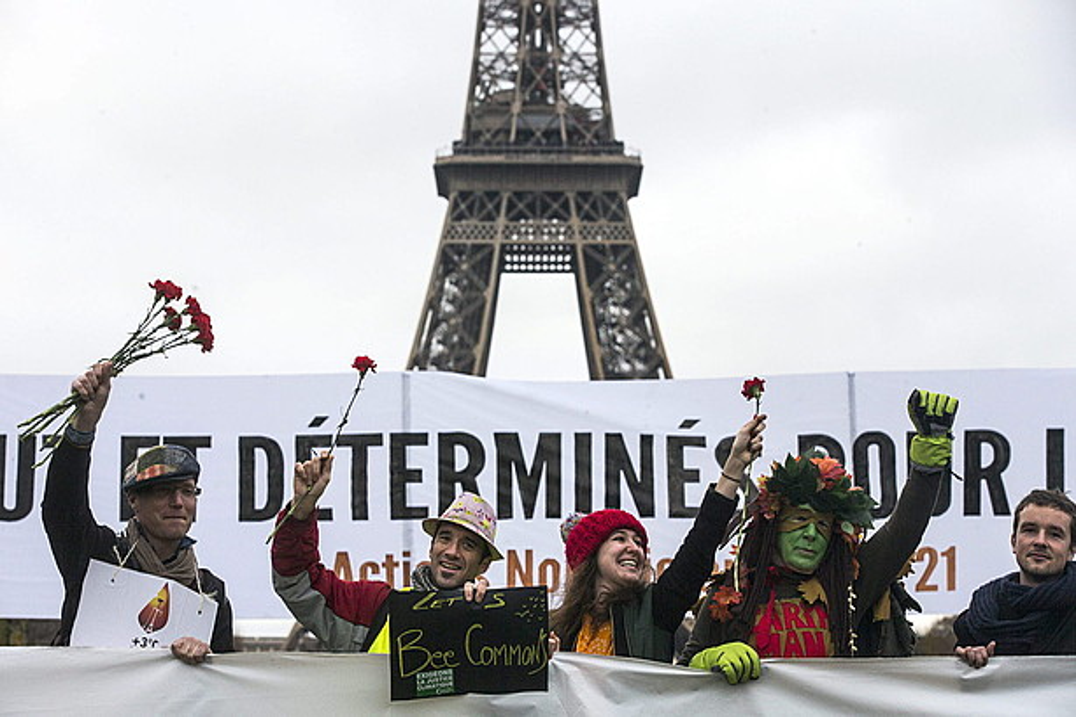 COP21 goi bileraren harira mundu osoko ekintzaileak elkartu dira egunotan Parisen. Irudian, hainbat lagun, atzo, Eiffel Dorrean.