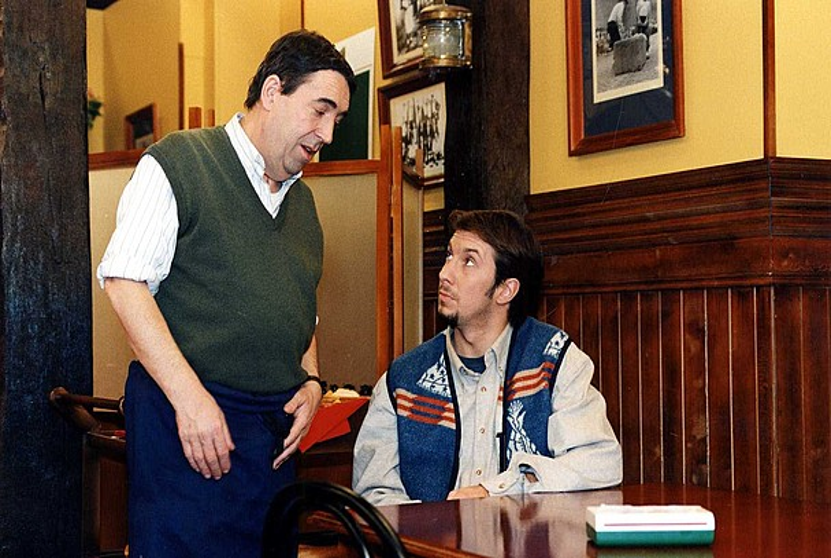 Mikel Garmendia zena eta Paul Zubillaga aktoreak Boga-boga tabernan, <em>Goenkale</em>-ko eszena batean, 1997. urtean.
