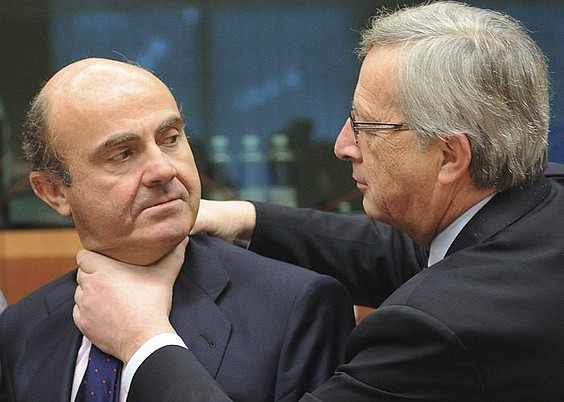 Luis de Guindos Ekonomia ministroa eta Jean Claude Juncker egungo EBko presidentea. / OLIVIER HOSLET / EFE