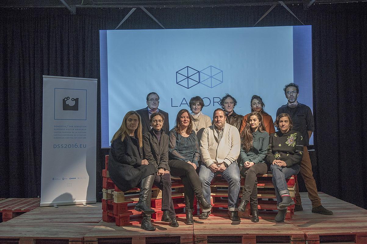 Labore egitasmoaren antolatzaileak eta partaideak, atzo, Donostian. / JUAN CARLOS RUIZ / ARGAZKI PRESS